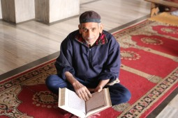 Fatehpuri man reading Koran, best